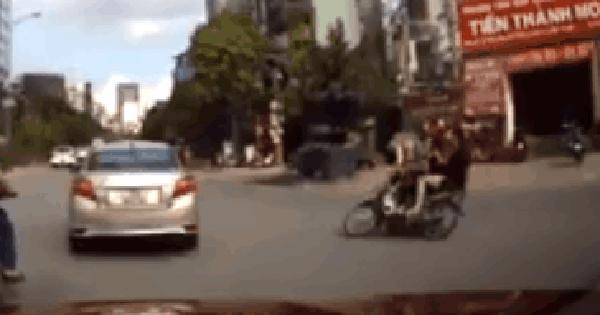 Phóng xe bạt mạng lao vào ô tô, thanh niên thấy tài xế bước xuống thì vứt xe chạy thục mạng
