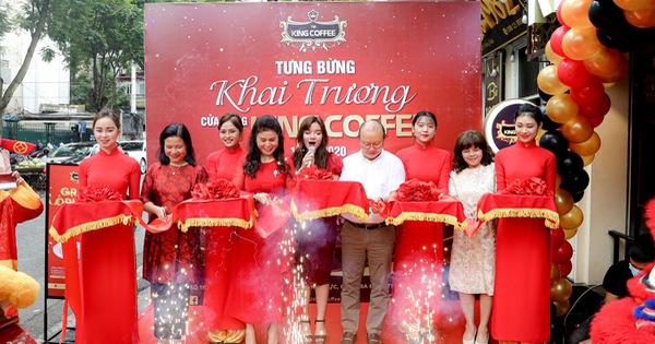 Vui khai trương, Selfie cùng cầu thủ tại Kingcoffee Hà Nội