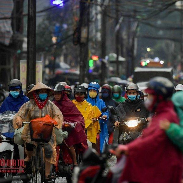 Ngập sâu, ùn tắc nhiều tuyến phố ở Thủ Đô sau mưa lớn