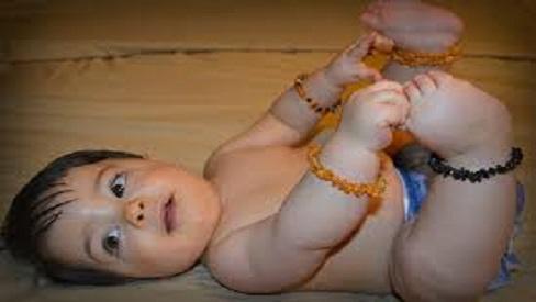 Đeo trang sức cho bé: Mẹ cần biết các tác hại đối với trẻ