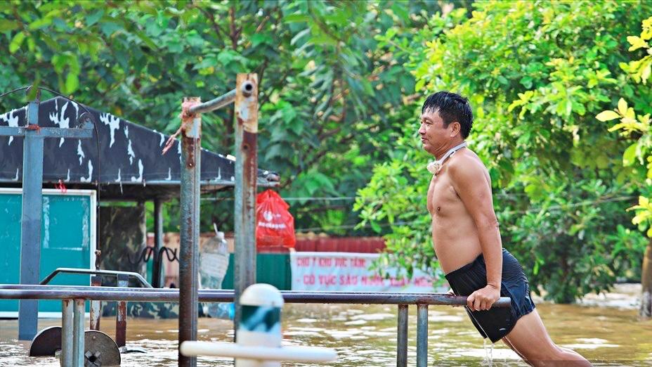 Người Hà Nội bì bõm tập thể dục, tắm giữa nước lũ sông Hồng