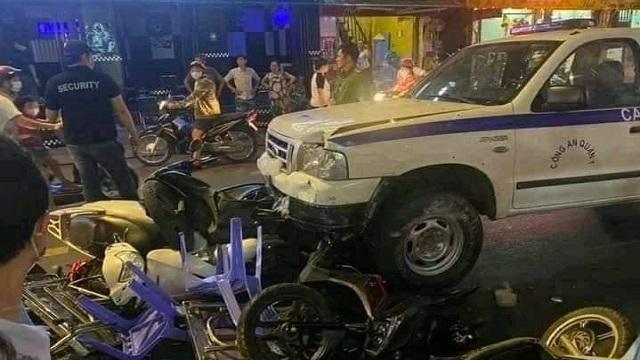 Khoảnh khắc xe công an phường lao vào quán nhậu ở phố Bùi Viện