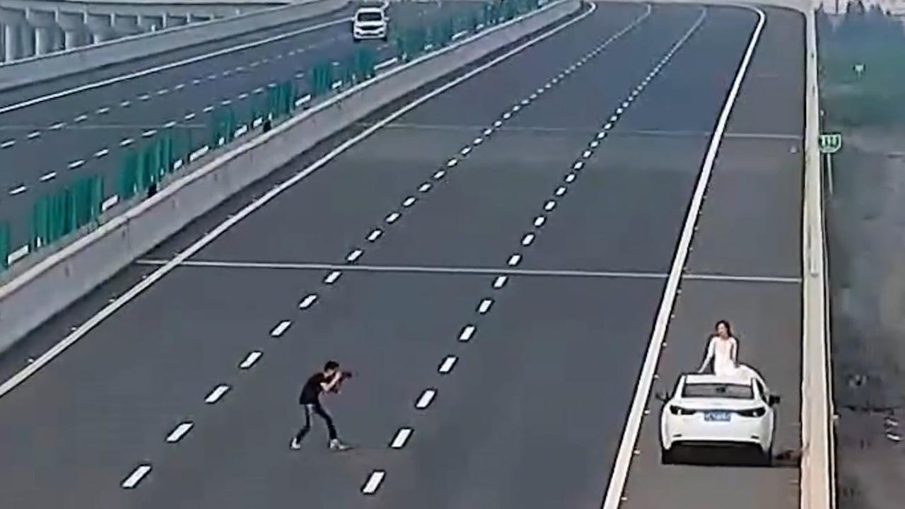 Muốn khác người, liều chụp ảnh cưới trên cao tốc