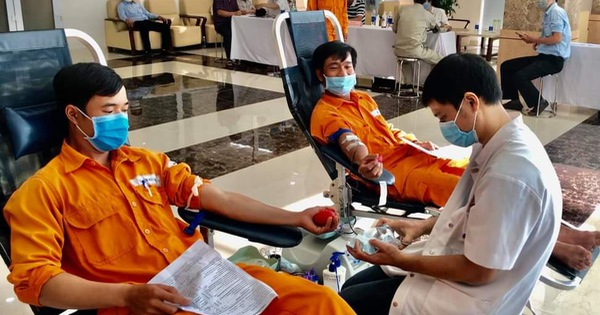 Hàng trăm nhân viên điện lực tham gia hiến máu cứu người giữa dịch Covid-19