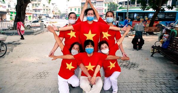 Chùm ảnh buổi sáng vắng lặng và thư thả của người Hà Nội khi đón lễ Quốc Khánh, mọi người cùng nhau nhảy múa, tìm một góc thật đẹp để tận hưởng ngày nghỉ