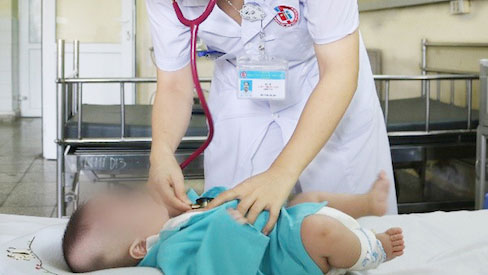 Rửa mũi bằng Naphazolin hai trẻ phải đi cấp cứu do ngộ độc cấp