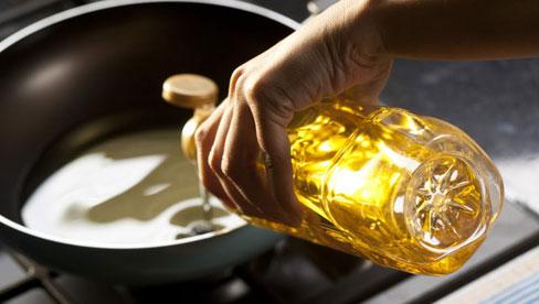 Đừng bao giờ dùng 2 loại dầu ăn này để nấu nướng cho gia đình vì chúng nguy hiểm ngang