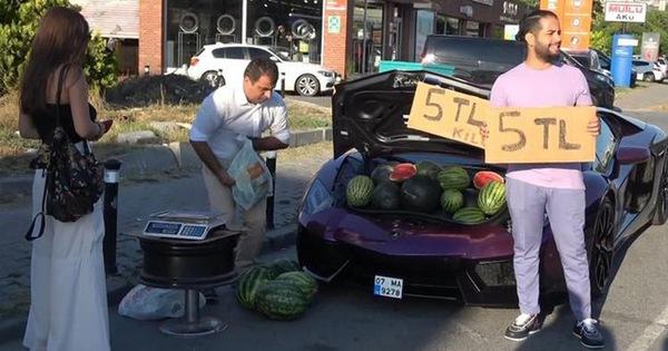 Dùng siêu xe Lamborghini 16 tỷ đồng để đi bán rong dưa hấu, người đàn ông trở thành