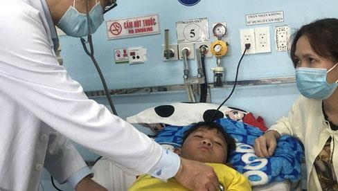 Cảnh báo gia tăng sốt xuất huyết ở TPHCM: Mẹ trẻ thất thần bên con trai sốt nặng