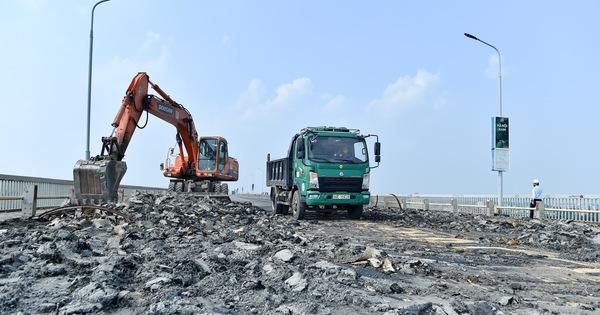Cận cảnh 'đại công trường' sửa chữa mặt cầu Thăng Long