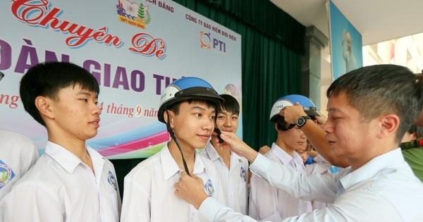 PTI phối hợp cùng Thủy đoàn I tặng mũ bảo hiểm cho học sinh tỉnh Quảng Ninh