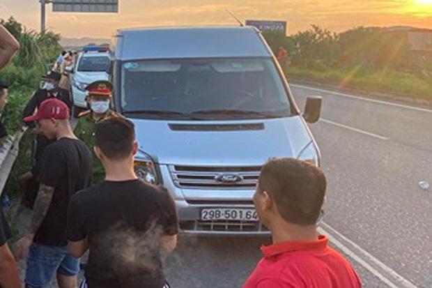 Khoảnh khắc chiến sĩ CSCĐ cố gắng bám chặt cần gạt nước xe khách trước khi ngã xuống đường và bị tông tử vong-1