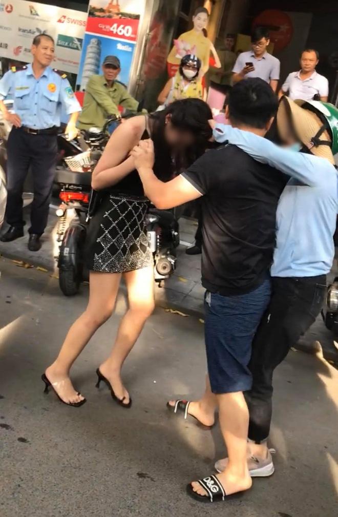 Chở bồ nhí trên xe Lexus LX 570 bị phát hiện, người đàn ông còn thẳng tay bóp cổ, đấm vào mặt vợ để nhân tình chạy trốn-4