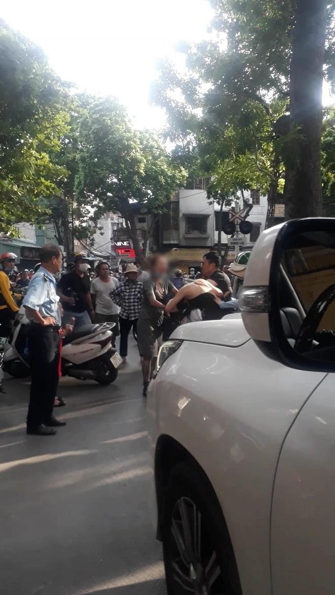 Chở bồ nhí trên xe Lexus LX 570 bị phát hiện, người đàn ông còn thẳng tay bóp cổ, đấm vào mặt vợ để nhân tình chạy trốn-3