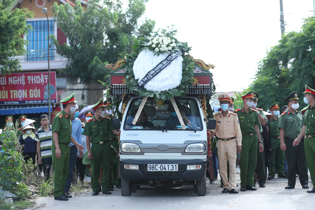 Đám tang đẫm nước mắt, hàng trăm người dân đến tiễn đưa chiến sĩ CSCĐ bị tài xế xe khách tông tử vong-10