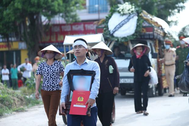Đám tang đẫm nước mắt, hàng trăm người dân đến tiễn đưa chiến sĩ CSCĐ bị tài xế xe khách tông tử vong-13