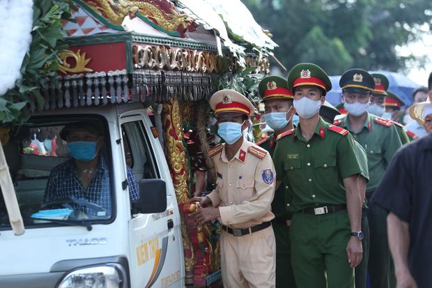 Đám tang đẫm nước mắt, hàng trăm người dân đến tiễn đưa chiến sĩ CSCĐ bị tài xế xe khách tông tử vong-15