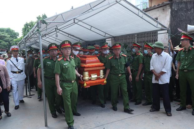 Đám tang đẫm nước mắt, hàng trăm người dân đến tiễn đưa chiến sĩ CSCĐ bị tài xế xe khách tông tử vong-4