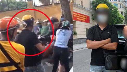 Nhân vật anh xe ôm công nghệ mũ vàng trong clip đánh ghen phố Lý Nam Đế tiết lộ lý do vì sao không phụ chị vợ đánh người chồng bội bạc và nhân tính