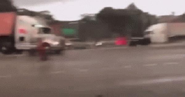 Phóng nhanh giữa trời mưa, xe container húc đổ cột đèn giao thông rồi lật kinh hoàng