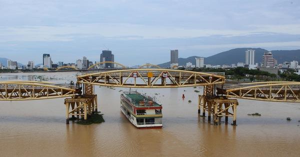 Nhiều người bất ngờ khi thấy nhịp giữa của cầu Nguyễn Văn Trỗi nâng lên cho tàu thuyền qua