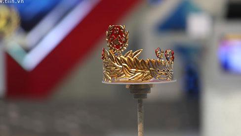 Cận cảnh chiếc vòng nguyệt quế bằng vàng 4 số 9 nguyên chất giành tặng Quán quân Olymia 2020