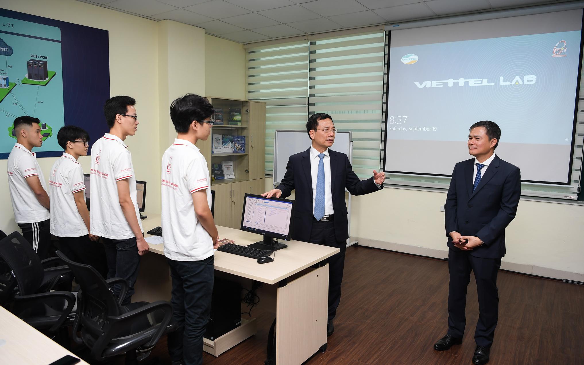 Bộ trưởng Nguyễn Mạnh Hùng: Phòng Lab với mạng 4G LTE hoàn chỉnh là thông điệp Việt Nam làm chủ hạ tầng viễn thông Việt Nam