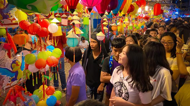Phố bán lồng đèn Lương Nhữ Học ken đặc người 'check-in' mùa Trung thu