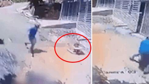 Thanh niên vứt xe máy giữa đường, tức tốc cứu em bé đang trôi xuống dốc