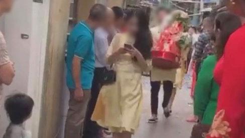 Màn bê tráp lố và vô ý thức đến mức cô dâu phải đăng đàn