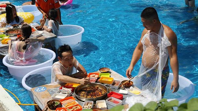 Chiêu hút khách mùa dịch: Trải nghiệm mặc bikini, ăn lẩu trong bể bơi