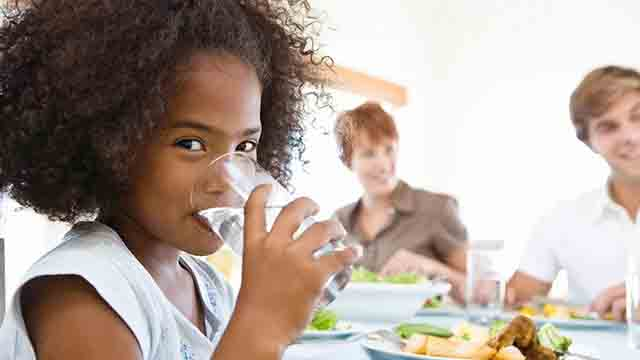 Vì sao không nên uống nước trong bữa ăn?