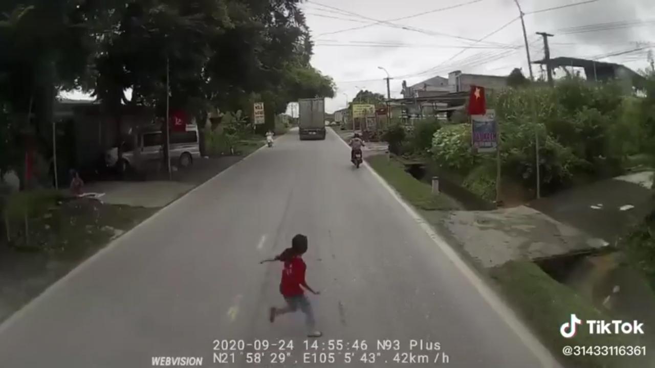 Container phanh 'cháy lốp' tránh bé gái đột ngột lao sang đường