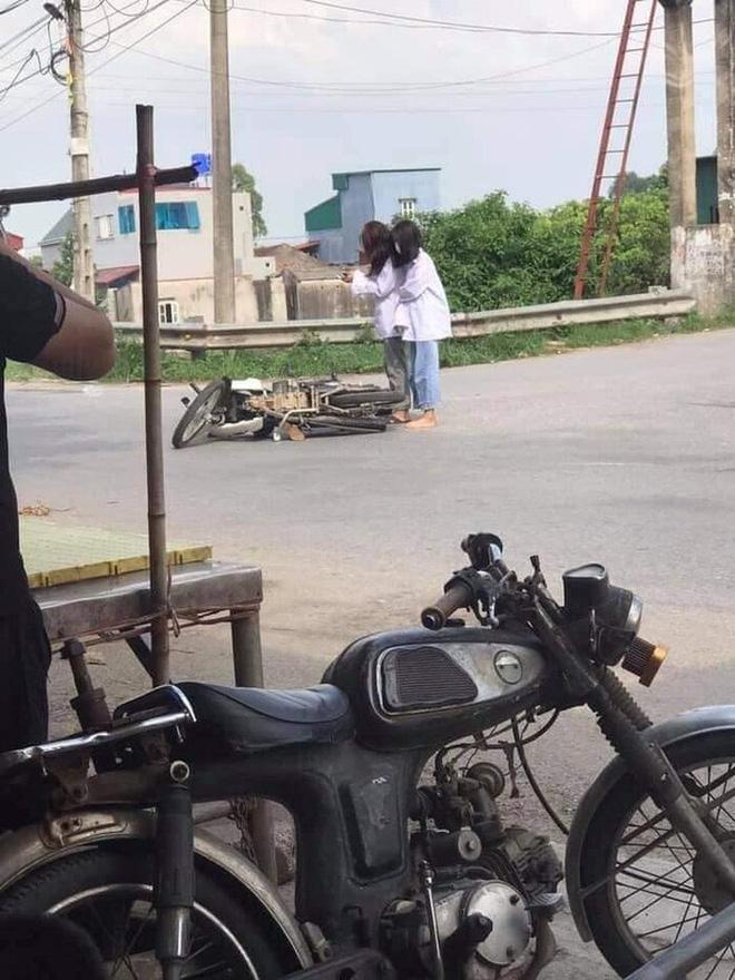 Đang đi học thì xe máy lăn ra đổ giữa đường, 2 nữ sinh lôi điện thoại làm hành động khó hiểu thu hút gần 20.000 lượt like-1