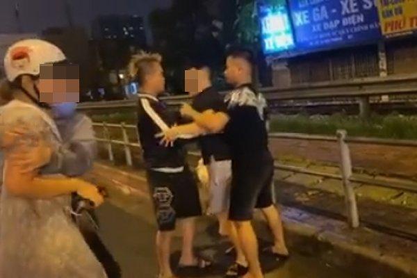 Chồng hành hung vợ giữa đường, con nhỏ gào khóc cầu cứu lạc cả giọng khiến ai cũng xót xa-3