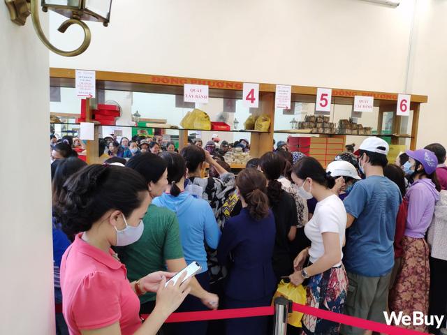 Hàng dài người xếp hàng từ 5h sáng tại 1 tiệm bánh Trung thu Hải Phòng: Công thức gia truyền 60 năm, bao bì thô sơ, chờ cả ngày vẫn về tay không-4