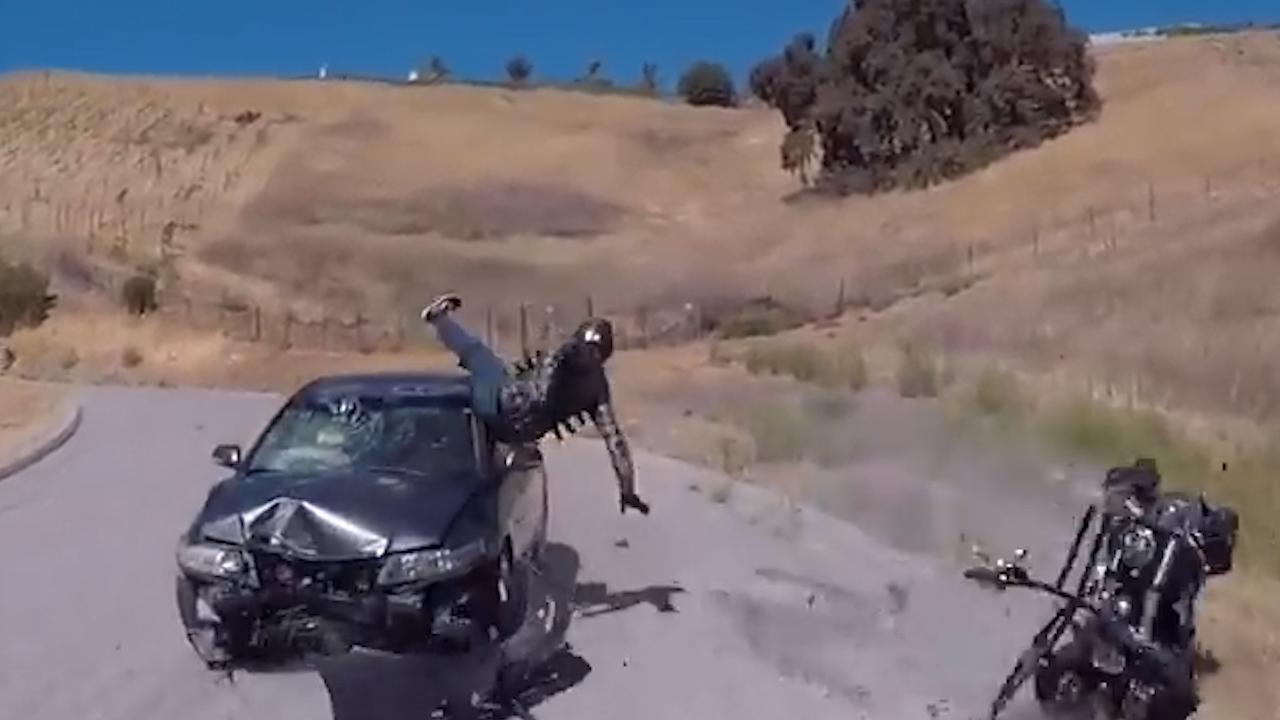 Ô tô vào cua tốc độ cao, lấn làn đâm văng người đi xe máy