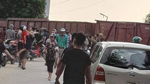 Hà Nội: Tàu hỏa va chạm với xe đưa đón học sinh, 2 người nhập viện cấp cứu