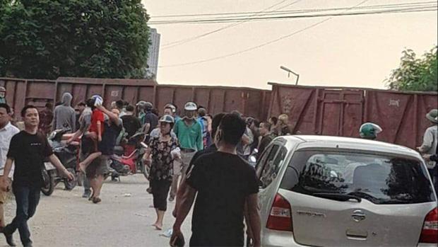 Hà Nội: Tàu hỏa va chạm với xe đưa đón học sinh, 2 người nhập viện cấp cứu-1
