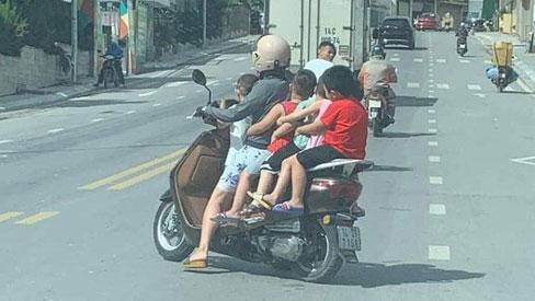 Thót tim hình ảnh người phụ nữ liều lĩnh để 5 em nhỏ không đội mũ bảo hiểm ngồi vắt vẻo, chật ních chiếc xe gắn máy