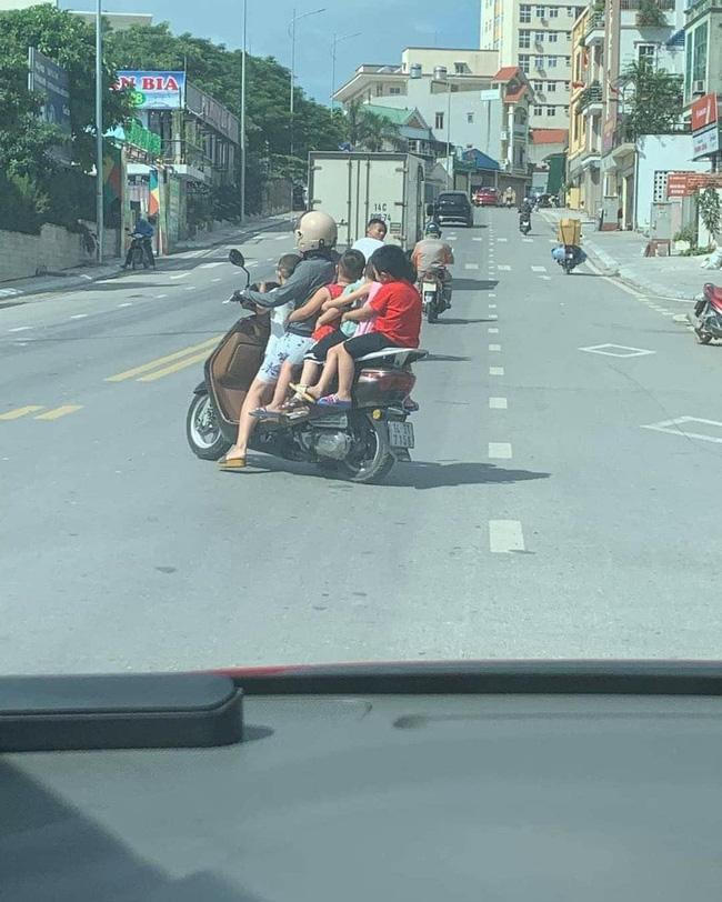 Thót tim hình ảnh người phụ nữ liều lĩnh để 5 em nhỏ không đội mũ bảo hiểm ngồi vắt vẻo, chật ních chiếc xe gắn máy-1