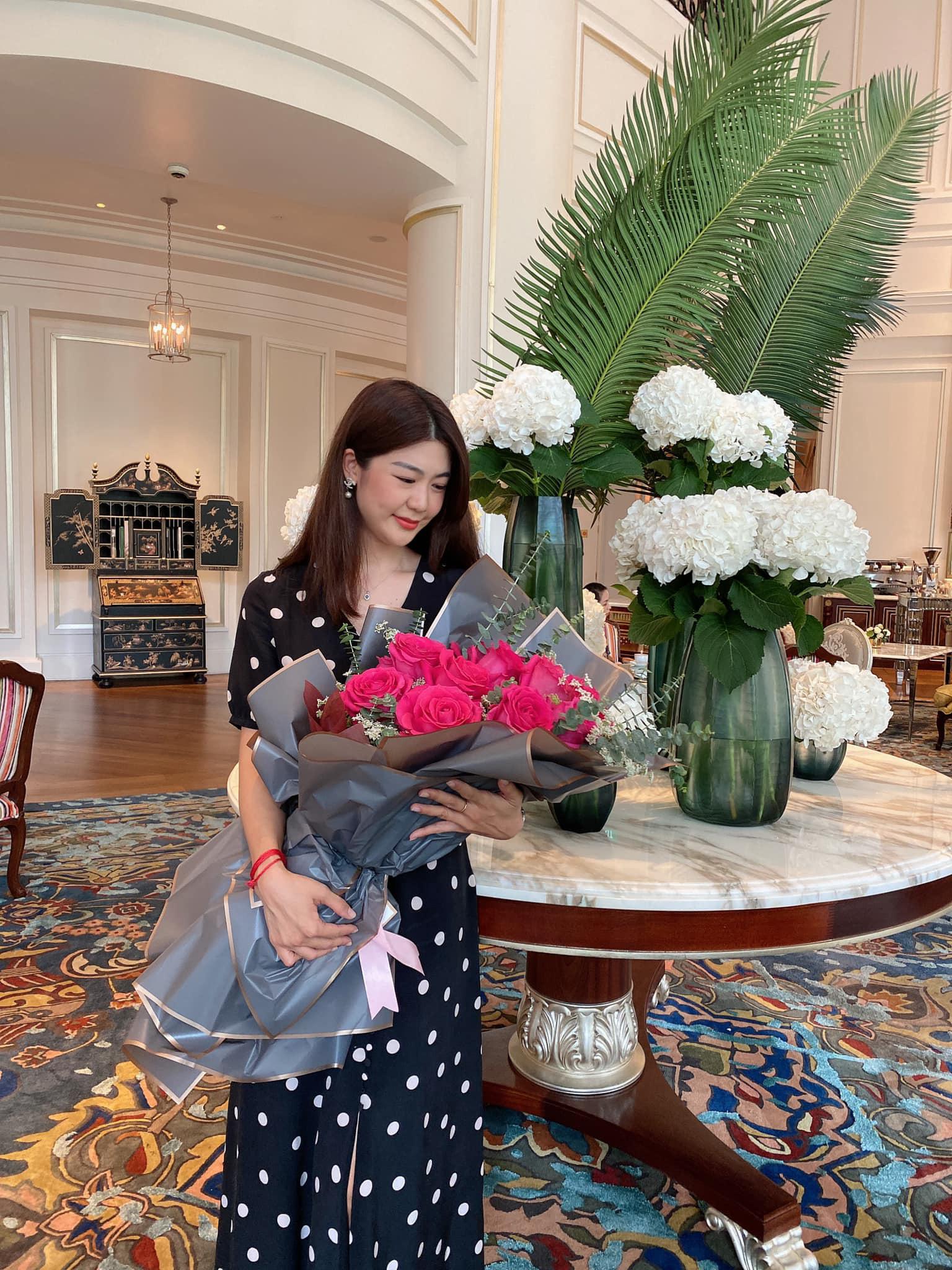 Nữ cơ trưởng Huỳnh Lý Đông Phương đón tuổi 33 giản dị bên bạn bè người thân, nhan sắc ăn gian tuổi khiến chị em ghen tị vô cùng-1