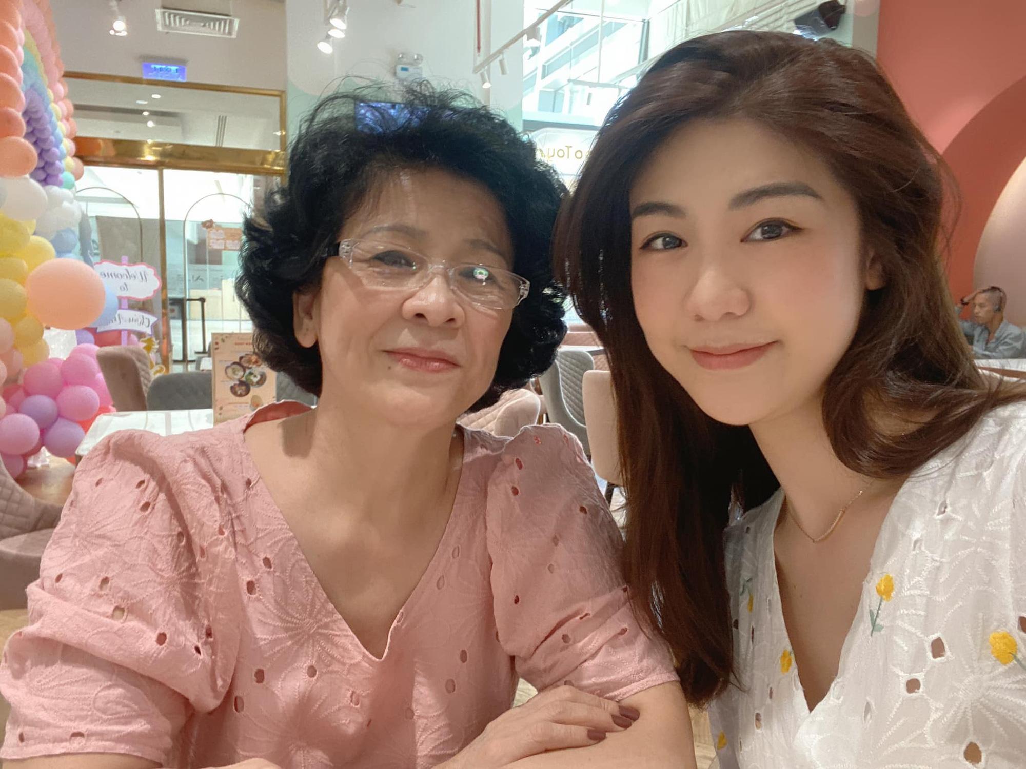 Nữ cơ trưởng Huỳnh Lý Đông Phương đón tuổi 33 giản dị bên bạn bè người thân, nhan sắc ăn gian tuổi khiến chị em ghen tị vô cùng-4