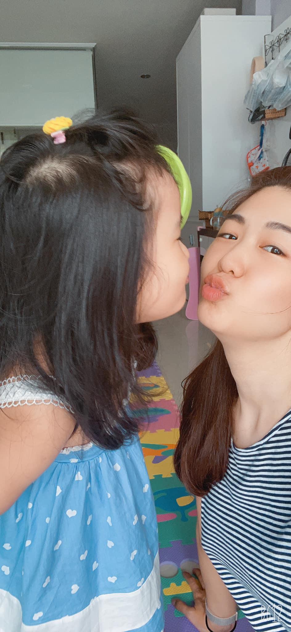 Nữ cơ trưởng Huỳnh Lý Đông Phương đón tuổi 33 giản dị bên bạn bè người thân, nhan sắc ăn gian tuổi khiến chị em ghen tị vô cùng-6
