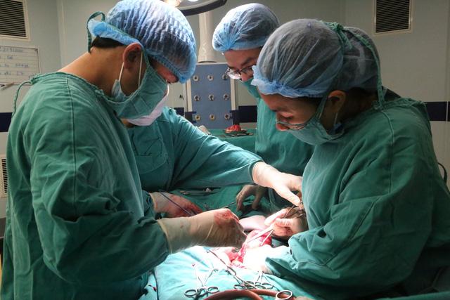 Khối u khủng nặng 9kg nằm trong người bệnh nhân 63 tuổi -1