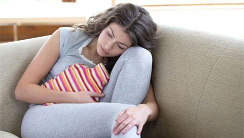 Trong kỳ kinh nguyệt, chuyên gia cảnh báo có 4 loại nước không nên uống vì có thể làm tổn thương tử cung và mệt mỏi