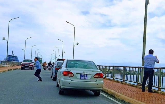 Thứ trưởng Bộ Xây dựng lên tiếng về việc đoàn xe biển xanh dừng đỗ trên cầu Nhật Lệ 1-1