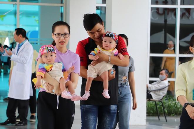 Bố mẹ Trúc Nhi - Diệu Nhi xúc động đón Trung thu đầu tiên với 2 con, tuần sau 2 bé xuất viện về nhà-20