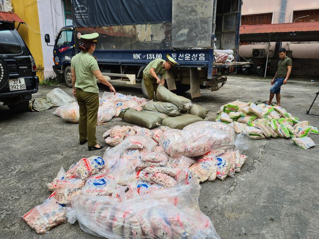 Tịch thu hàng tấn chả cá, sủi cảo không rõ nguồn gốc -1