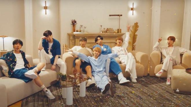 BTS mặc đồ ngủ diễn trong sân khấu HOME tại Jimmy Fallon, Jimin được cameraman ưu ái nhưng visual của Jungkook mới là spotlight!-8